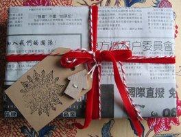 comment faire un paquet cadeau avec du papier maison webzine caf du web. Black Bedroom Furniture Sets. Home Design Ideas